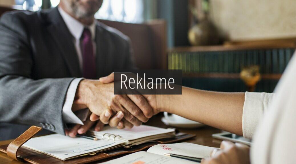 En advokat giver hans klient hånden